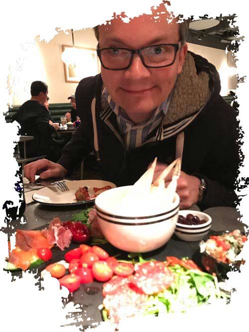 Damian beim Chines isch essen und Dinge ausprobieren, die ausserhalb seiner Komfortzone sind