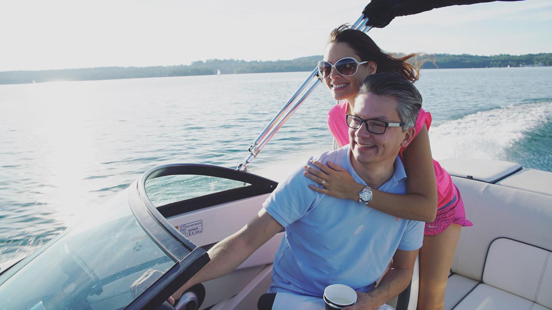 Ziele erreichen mit Vollgas: Damian Richter und Sandy Simon auf einem Speedboot
