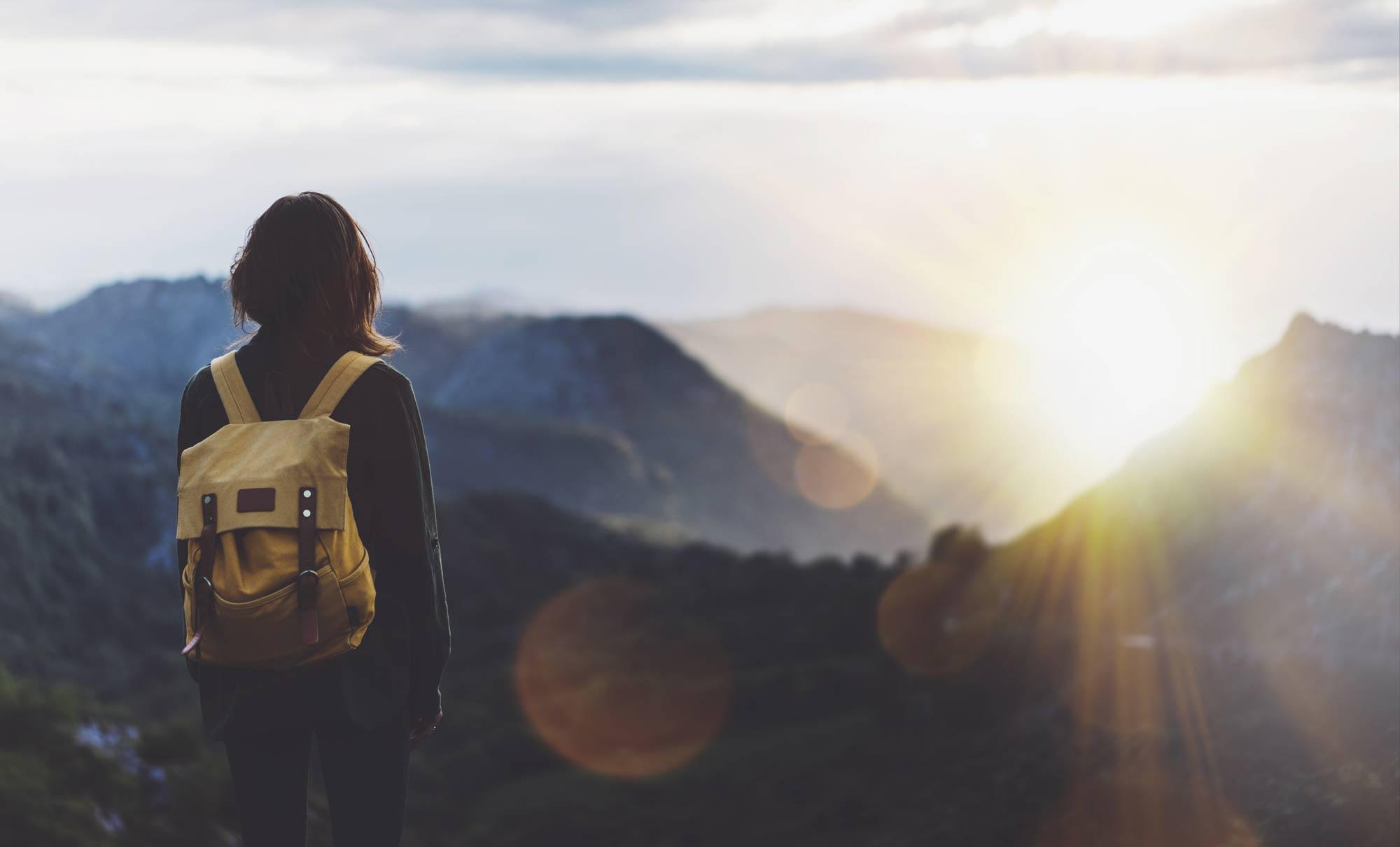 Dieses Bild zeigt eine junge frau die die Möglichkeiten des lebens erkennt nachdem sie der Prokrastination in ihrem Leben ein ende gesetzt hat