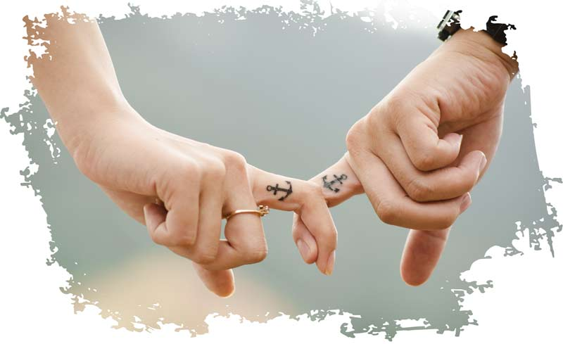 Die Hände eines Paars die die Kunst des Liebens beherrschen