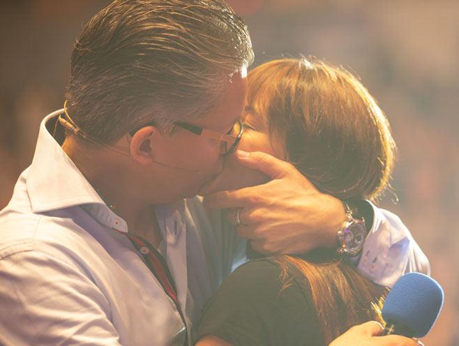 Damian und Sandy küssen sich voller ewiger Liebe