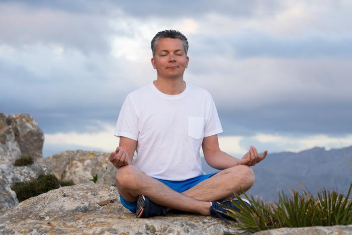 Damian meditiert voller Entspannung
